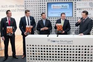 Forex Broker des Jahres 2012 - Die drei Erstplazierten (von links nach rechts) nehmen die Auszeichnungen entgegen: Götz Posner von X-Trade Brokers, Torsten Berse von Alpari und Mike Kuhn von der DAB Bank