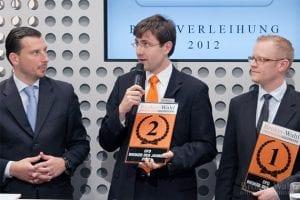 Frank Wiedemann von CFD Broker Flatex mit der ersten von vier Top 3 Auszeichnungen. Hier nimmt er den zweiten Platz der Kategorie CFD Broker des Jahres entgegen.