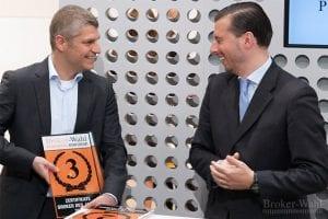 Matthias Bayer von der ING DiBa steckt mit seinem Freude über den 3. Platz bei den Zertifikate Brokern auch Börsenmoderator Mike Michal an.
