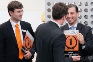 Sichtlich entspannt genießen die Sieger der Kategorie Online Broker des Jahres 2012 den Erfolg!