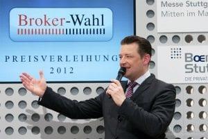 Börsenmoderator Holger Scholze begrüßt sichtlich gut gelaunt das Fachpublikum und die ersten Sieger der Brokerwahl 2012