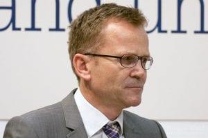 Dr. Jürgen Eikenbusch, Pressechef der DAB Bank, hat eigentlich allen Grund zur Freude: Die DAB Bank konnte sich gleich in drei Kategorien durchsetzen!