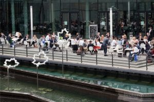 Die gut gefüllte Terrasse der Messe Stuttgart am Fachbesuchertag. Viele Finanzprofis nutzen das gute Wetter für Kooperationsgespräche im Freien...