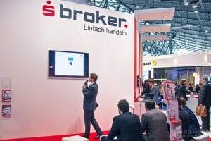 Der Stand des Onlinebroker Sparkassen Broker während einer Vorführung.