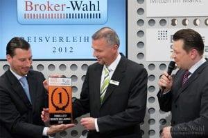 Für den Fonds & ETF Broker des Jahres 2012, die DAB Bank, nimmt Arne Kolb den Preis aus den Händen von Maik Michal entgegen
